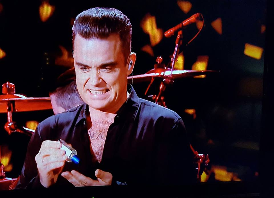 Robbie Williams uses hand gel at new year celebrations